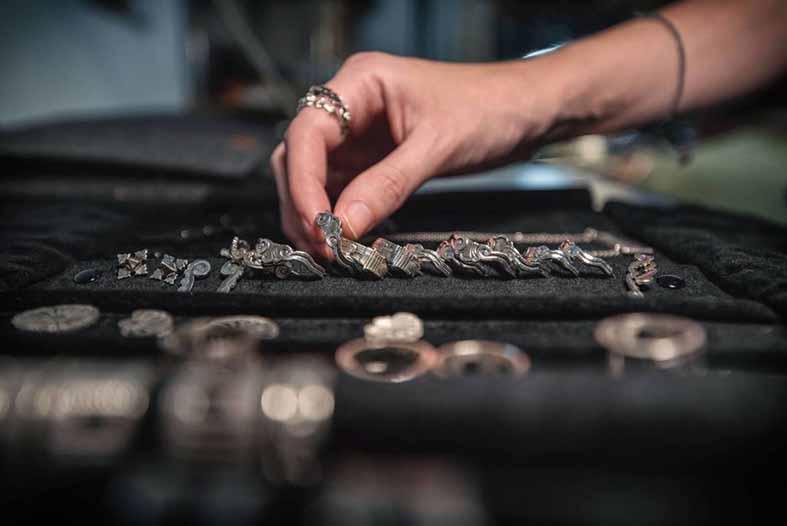 i-palazzi-dei-rolli-diventano-gioielli-nellidea-di-una-giovane-orafa-lomaggio-allarchitettura.jpg